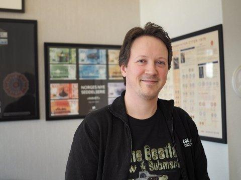 SOLGT FOR REKORDSUMMER: Haugesunderen Eirik Myge jobber for Oslo Myntgalleri. I helga er han auksjonarius for den største seddelauksjonen som har vært i landet noen gang.