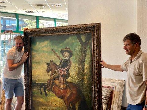 """Jan Terje Rafdal kunstneren bak prosjektet og Magnar Rismyhr som hjelper med montering av utstillingen. Kunstverk: """"Portrædt af Hertug Gusman"""" olje på lerret 191x154 cm"""