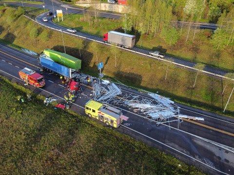 OMKOM: Sjåføren av det grønne Bring-vogntoget døde i frontkollisjonen. Sjåføren av det andre vogntoget er fortsatt innlagt på sykehus.