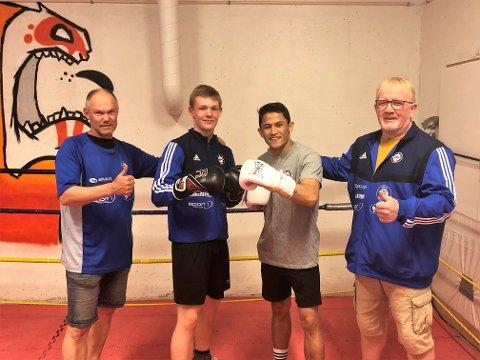 GLADE: Geir Westheim (f.v), Emil Roseth-Mathisen, Sayed Kazemi og Erik Dahlén i Raufoss bokseklubb jublet over å få tildelt 100.000 kroner til nytt utstyr.
