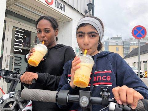 NAM-NAM: Mona Alkordi (t.h) og Nihal Ali syntes Bubble Tea var en innertiert da de testet den populære sommerdrikken søndag.