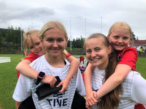 MANGE JENTER: Maren Sirirud Barlund (t.v) med Emilie Storsveen på ryggen og Anne Dorthe Rønningen med Signe Gjeile på ryggen gleder seg over den store jenteinteressen for fotball i Nordre Land.
