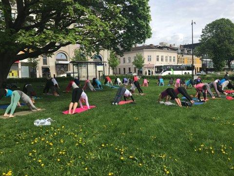 I hele sommer kan du være med på gratis yogatimer på Gjøvik gård i regi av Kreftforeningen.