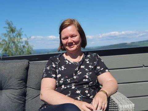UTEN TILBUD: Berit Stenvold sier hun i praksis står uten behandlingstilbud for å håndtere Bechterews sykdom og smertene som følger med. Hun frykter hun til slutt må gi seg med å jobbe.