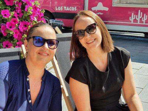 LUNSJ PÅ TORGET: Elisabeth Kristiansen (til venstre) og Vaida Moreno tok lunsjen på Food Truck-festivalen i Gjøvik denne fredagen.