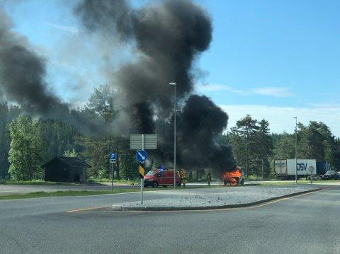 BRANN: Nødeatatene rykket ut til brann i bil på Lygna.
