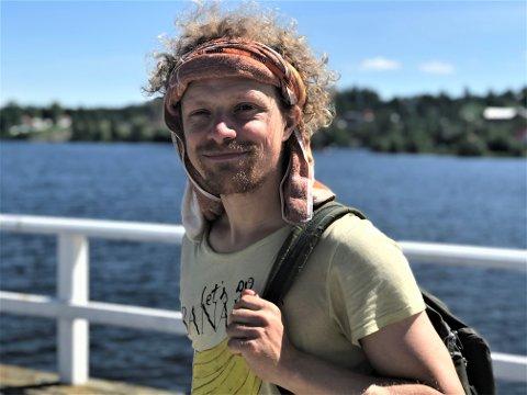 GLAD VANDRER: Artist og aktivist Pål Moddi Knutsen angrer foreløpig ikke på at han sa ja til å gå pilegrimsleden mellom Oslo og Trondheim. Mandag formiddag ankom han Kapp og fikk skyss med båt til Hamar.