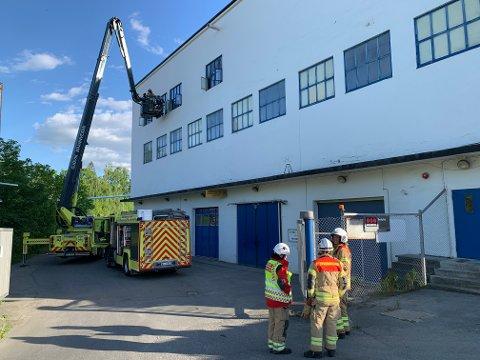 GOD BEREDSKAP: Brannsjefen og innsatslederen i Gjøvik brannvesen roser Hunton for brannberedskapen.