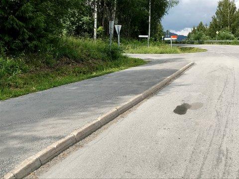 Det var i dette busstoppet ved avkjøring Burmavegen på Vingrom i Lillehammer, den skadde kvinnen lå mens flere biler skal ha kjørt forbi uten å stanse.