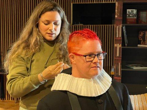 Guro Torkehagen Skumsrud får på prestekjolen og blir Nicolai Wergeland i tidsriktig kostyme med god hjelp av Elise Gegauff fra Gjøvik kunst- og kulturskole.
