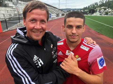 GLADE: Adonis Sopa (t.h) er glad for at faren nå får flytte sammen med familien i Norge og trener Espen Haug smilte etter en ny sterk treningskamp.