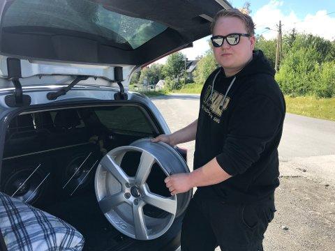 ØDELAGT FELG: Leif Erik Linnerud viser frem en av de ødelagte felgene på Volvoen sin etter møtet med hullet i vegbanen.