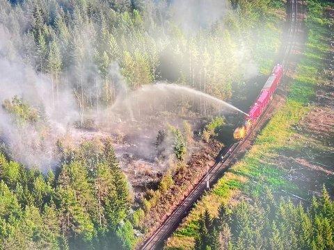BRANNTOG: Bane NORs branntog bistår i slukningsarbeidet. Foto: Nedre Romerike brann- og redningsvesen