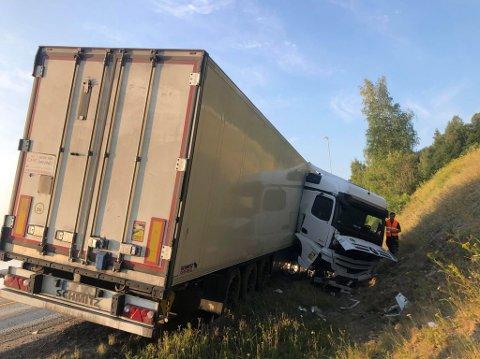 KJØRT AV VEIEN: Vogntog lastet med fisk har kjørt av veien. Sjåføren er uskadd.