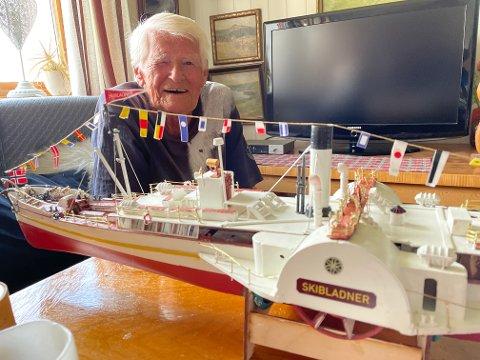 FERDIG: Ernst Ekeløf fra Gran har gjenskapt Skibladner i miniatyrform.