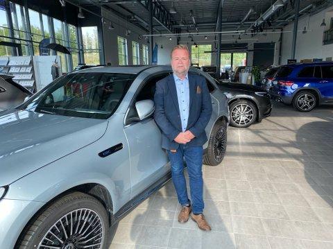 GLEDER SEG: Salgsjef Robert Skaugrud ved Bertel O. Steen Gjøvik gleder seg til å få Mercedes EQS i butikken.