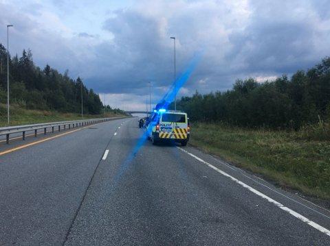 ULYKKE: Motorsyklisten er kjørt til sykehuset i Gjøvik med ukjent skadegrad.