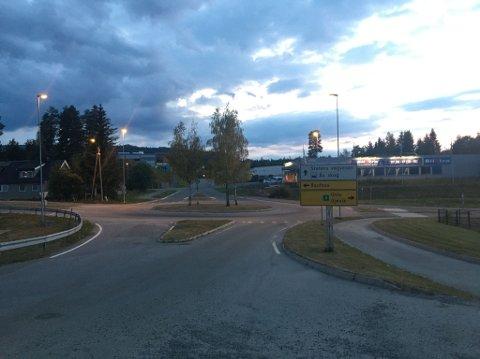 STOPPET IKKE: Et vitne opplyser at han så motorsyklisten bli presset av politiet i denne rundkjøringen i Hunndalen.