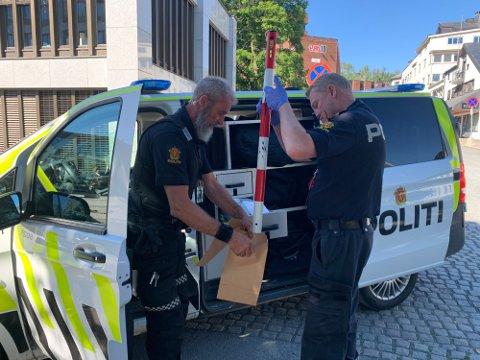 DNA-SPOR: Politiet har sikret seg DNA spor fra denne jernstanga som ble brukt under helgas hærverk i Gjøvik sentrum.