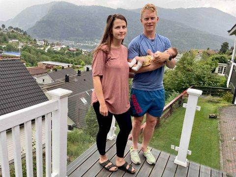 Ida Karine Kriken og Mathias Macody Lund sitter i karantene etter at de var på legevakten med datteren Sunniva på to måneder.