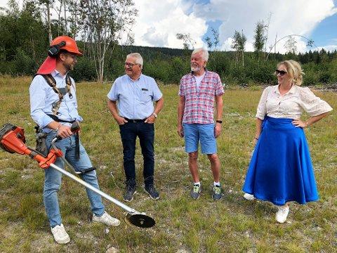 SNART KLART: Kommunal og moderniseringsminister Nikolai Astrup (f.v.) ble utstyrt med ryddeutstyr da han besøkte Brobakken i går sammen med grunneierne Paul Thune og Svein Kristiansen, samt fungerende ordfører Anne Bjertnæs.