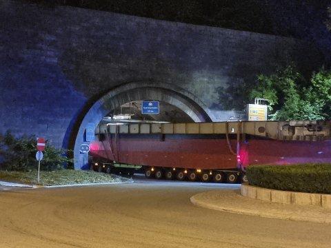 TUNNEL: Her kjører spesialtransporten inn i Operatunnelen i Oslo.