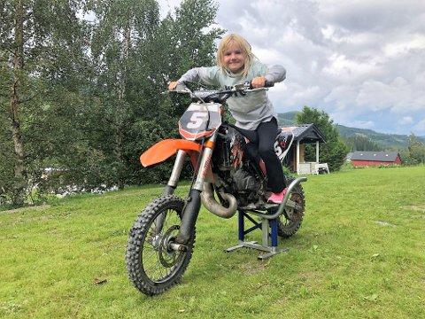 GUTTEJENTE: Maren er ei skikkelig guttejente. På fritida driver hun blant annet med motocross.