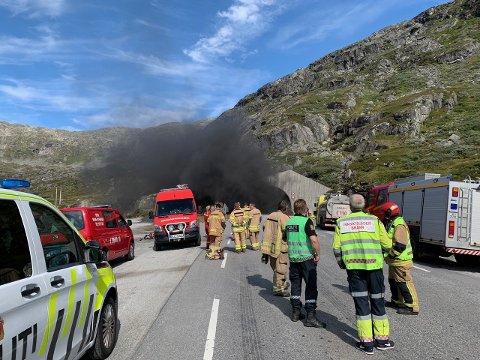 Brannmannskaper fra begge sider av tunnelen bisto i arbeidet med å slokke brannen og sikre tunnelen. Dette bildet er tatt fra Stryn-siden.