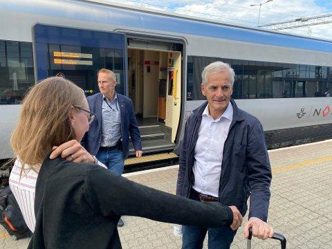 STØTTER MJØSSYKEHUSET: Ap-leder og statsministerkandidat Jonas Gahr Støre tok toget til Lillehammer, møtte pendlere, men også sykehus-debatten. Han advarer mot å sette Mjøssykehuset i spill og tror det kan få konsekvenser som ikke er bra.