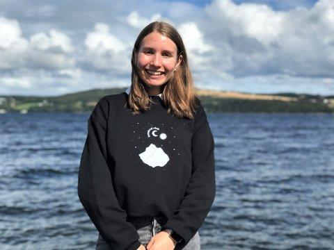 VED VANNET: – Jeg elsker Mjøsa, sier 16 år gamle Amalie Nykvist fra Australia som har bodd i Gjøvik siden årsskiftet.