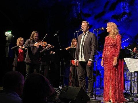 MEKTIG FINALE: Med Barcelona markerte Knut Anders Sørum og Eli Kristin Hansveen avslutningen på Orkesteret Innlandets første konsert. Til publikums elleville begeistring.