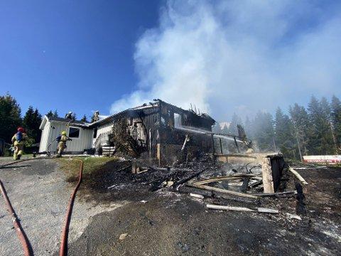 BRANN: en bolig i Åsmarka i Ringsaker ble totalskadd søndag.