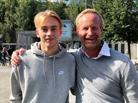 TRIVES: Sveriges radios velkjente hockeystemme til Magnus Wahlgren tok en telefon til Gjøvik Hockey og gikk god for bonussønnen Isak Enmarker (t.v). Nå er begge glade for at 20-åringen er på plass og søndag scoret han sitt første mål i sin andre seniorkamp.