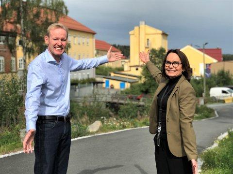 VELKOMMEN INN: Administrerende direktør ved Raufoss Industripark Øivind Hansebråten og prosjektleder for industriparkens 125 årsjubileum Tove Løkken, gleder seg til å slippe «vanligfolk» inn bak portene til «fabrikken» på Raufoss.