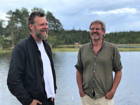 UT I NATUREN: Selv om både Lars A. Kvistum (t.v.) og Ole Kristian Wetten føler seg ekstra hjemme når de kan grave seg ned i og lage musikk med hjelp av elektronikk, sier de to musikerne heller ikke nei takk til en tur utendørs.