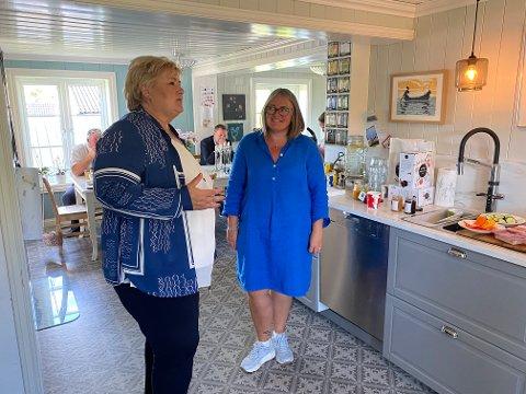 HJEMME HOS: Etter å ha drevet valgkamp i to døgn i Innlandet, landet statsminister og partileder Erna Solberg (H) hjemme på kjøkkenet til førstekandidaten sin i Oppland, Kari-Anne Jønnes.