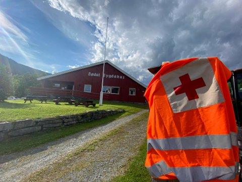 Røde Kors er på stedet og samarbeider med politiet og flere andre aktører for å finne den savnede mannen.