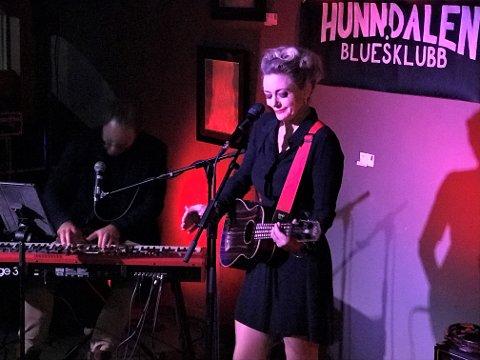 BLÅTT I RØDLYS: Hilde Louise Asbjørnsen og Anders Aarum varmet publikum med artige historier og nye og gamle jazz- og blueslåter.