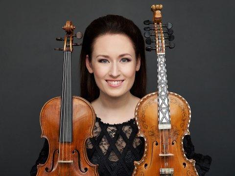 TO FELER: Ragnhild Hemsing reiser alltid med to felekasser. På sitt seneste album «Røta» får lytteren høre fiolinisten spille på både klassisk musikk og folkemusikk.