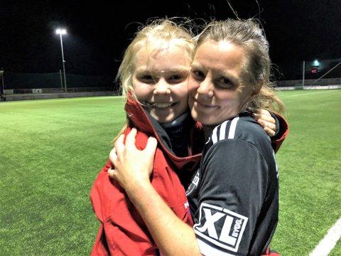 MOR OG DATTER: Mamma Anne Cathrine Heggheim Berge og datteren Maria kunne juble for seier mot Skreia i naboduellen i 4. divisjon kvinner.