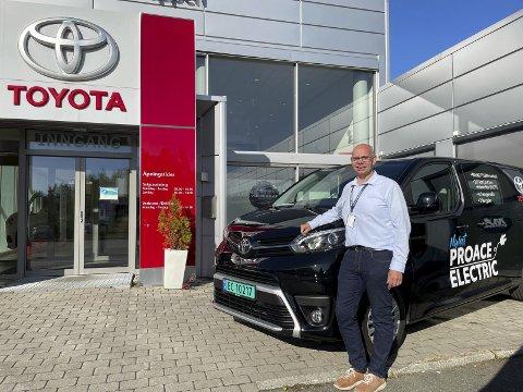 ELBIL-SATSNING: Toyota har startet med elbiler innen varebil, og er allerede størst der, forteller næringsselger Per Olav Strandvik Hagen hos Sulland i Hunndalen.FOTO: ØYVIN SØRAA