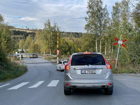 BOMPROBLEM: Flere biler måtte snu uten å komme gjennom jernbaneovergangen ved Nygard stasjon da den nedre bommen ikke ville åpne seg.