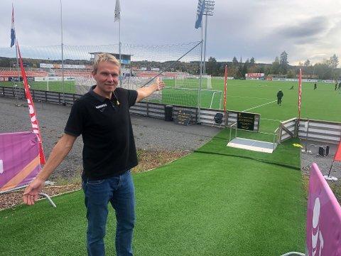 104 LAG: Tomas Andersen ønsker hundrevis av unge fotballspillere velkommen til årets Knøttiade.