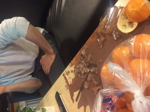 SLAPP MED SKREKKEN: Anders Enoksen lå på sofaen, men slapp med skrekken da Ikea-glasset eksploderte på bordet foran ham. FOTO: PRIVAT