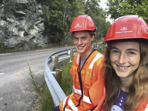 Godt synlige: Ser du disse to pekende på fjellvegger, vet du hva de driver med. Foto: Anita Gjøs