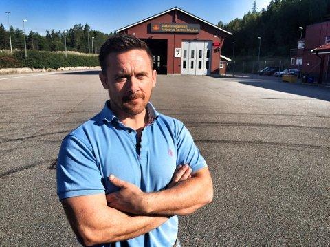 Ronny Lindesteg, fagleder utekontroll i Statens vegvesen, vil nattestenge Taraldrud trafikkstasjon på grunn av søppel. Foto: Anita Gjøs
