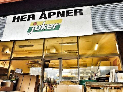 Det jobbes på spreng for å gjøre klar den nye jokerbutikken til åpningen den 28. januar. Foto: Anita Gjøs