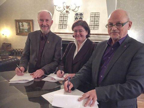 Signering: Fylkesordførerne Ole Haabeth (Østfold), Anette Solli (Akershus) og Roger Ryberg (Buskerud) signerer avtaleforslaget om sammenslåing. Foto: Pål Bålflat Vikesland, Østfold fylkeskommune
