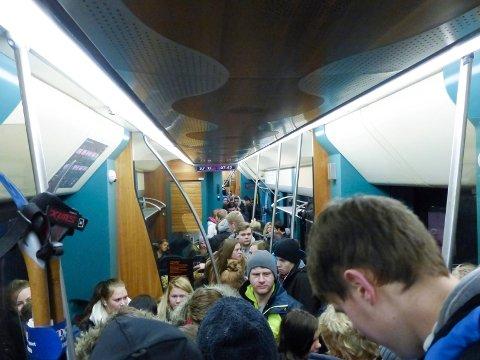 Hva går partiene til valg på når det gjelder buss- og togutviklingen i Norge? Dette bildet ble tatt i forbindelse med stappfulle lokaltog i fjor.