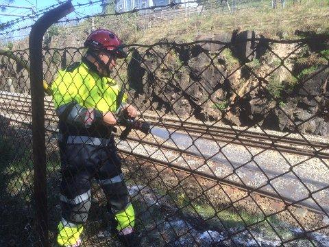 Brannmannskapet jobbet i halvannen times tid med å slukke brannen som spredte seg langs toglinja.